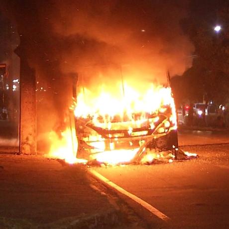 Ônibus incendiado na Grande Fortaleza em série de ataques Foto: Reprodução/TV Globo