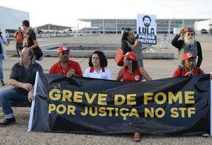 Manifestantes fazem protesto em defesa do ex-presidente Lula em frente ao STF Foto: Jorge William / Agência O Globo
