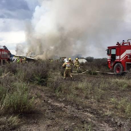 Bombeiros atuam em local onde avião da Embraer sofreu acidente no México Foto: Proteção Civil de Durango