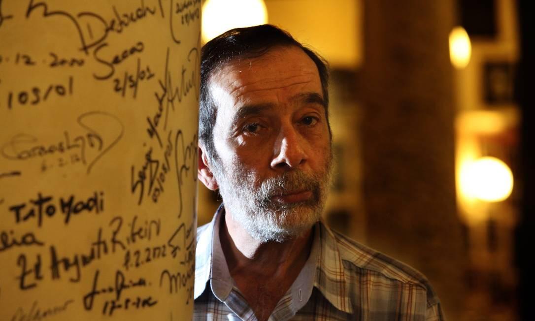 O produtor Djalma de Oliveira Limongi cercado de autografos famosos nas pilastras do Restaurante La Fiorentina Foto: Ana Branco / Agência O Globo