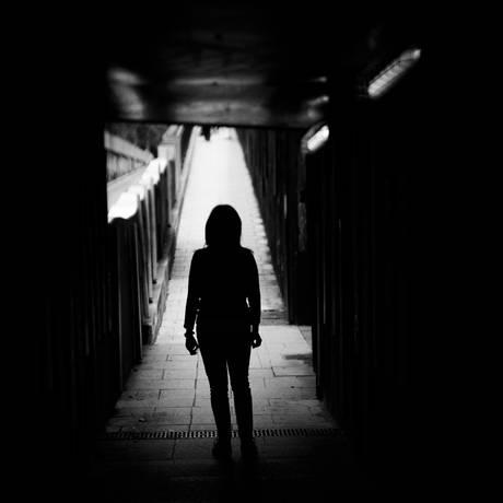 Mulheres criminalizadas pela prática de aborto fazem parte de um dos grupos mais vulneráveis da sociedade, o negras e pobres. Ao responder a um processo penal, elas vivem uma 'dor solitária', segundo a pesquisadora Carolina Haber, da Defensoria Pública do Rio Foto: Shutterstock.com/GemaIbarra