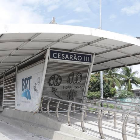 Estação do BRT Cesário de Melo teve serviço interrompido pelo terceiro dia seguido Foto: Roberto Moreyra / Agência O Globo - 07/12/2017