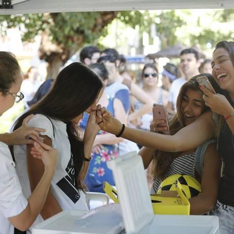 Amigas tomam vacina juntas e registram o momento durante a campanha contra a gripe Foto: Domingos Peixoto / Agência O Globo