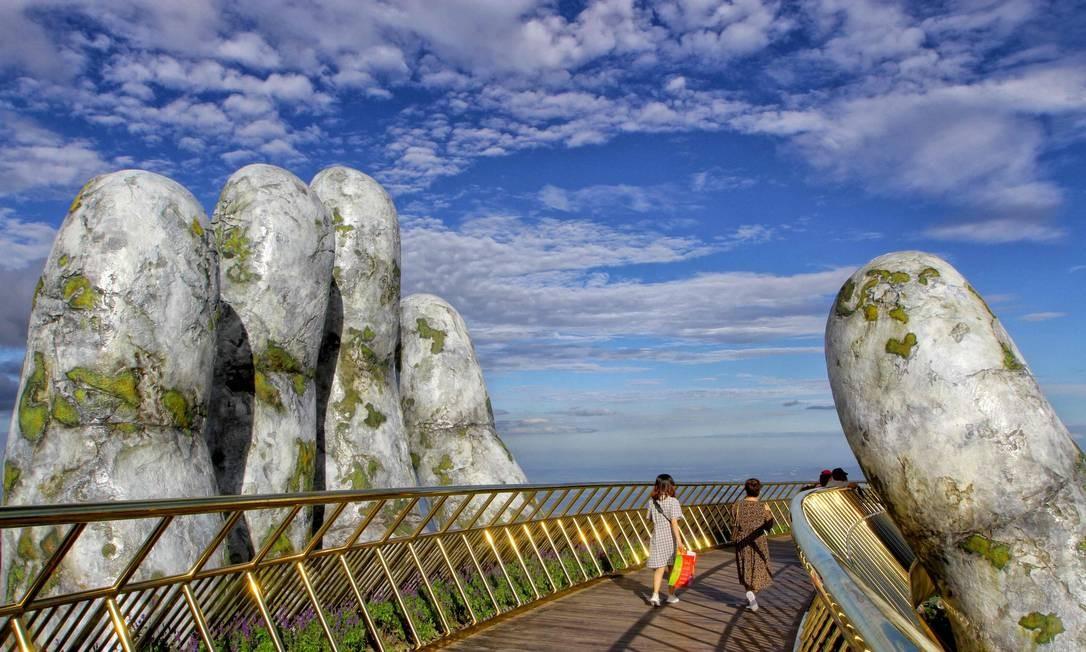 """Turistas caminham pela """"mão"""", que se tornou uma atração turística no Vietnã Foto: LINH PHAM / AFP"""