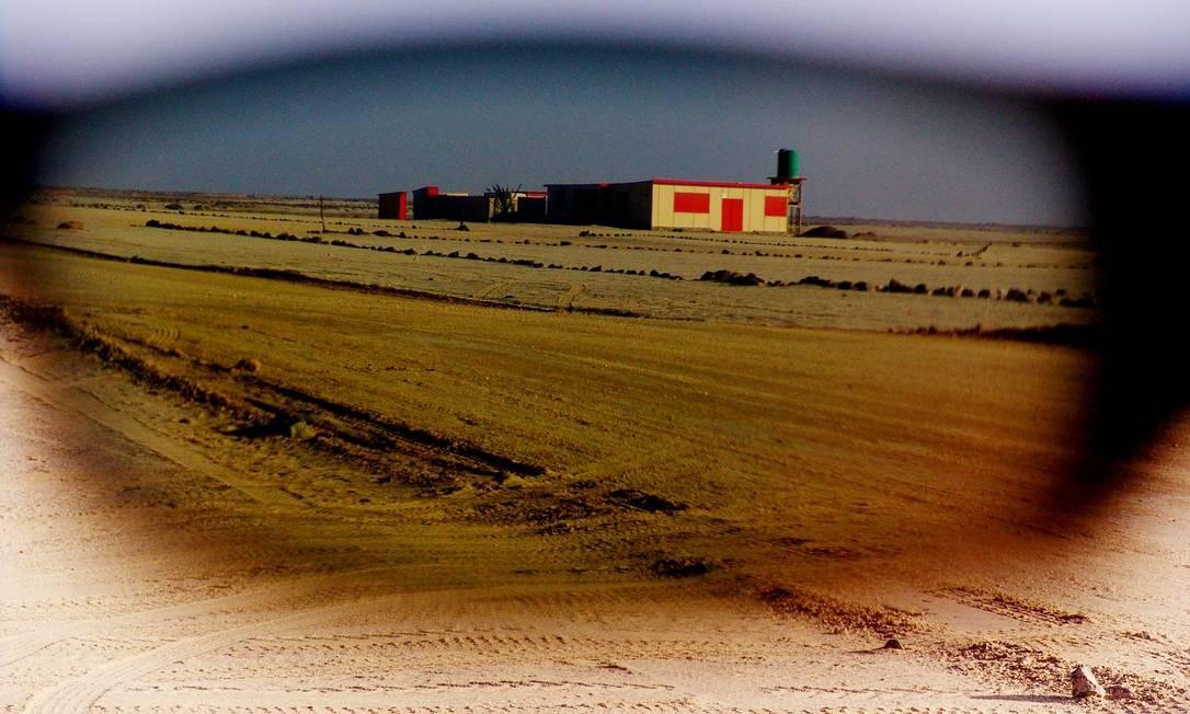 Os óculos do autor angolano servem de filtro para este impactante deserto na Namíbia Foto: José Eduardo Agualusa / Acervo pessoal