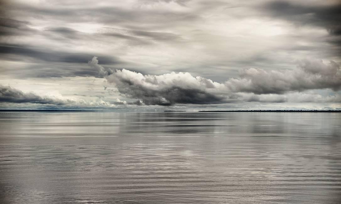 Céu e água se misturam no Rio Negro, no Amazonas Foto: José Eduardo Agualusa / Acervo Pessoal
