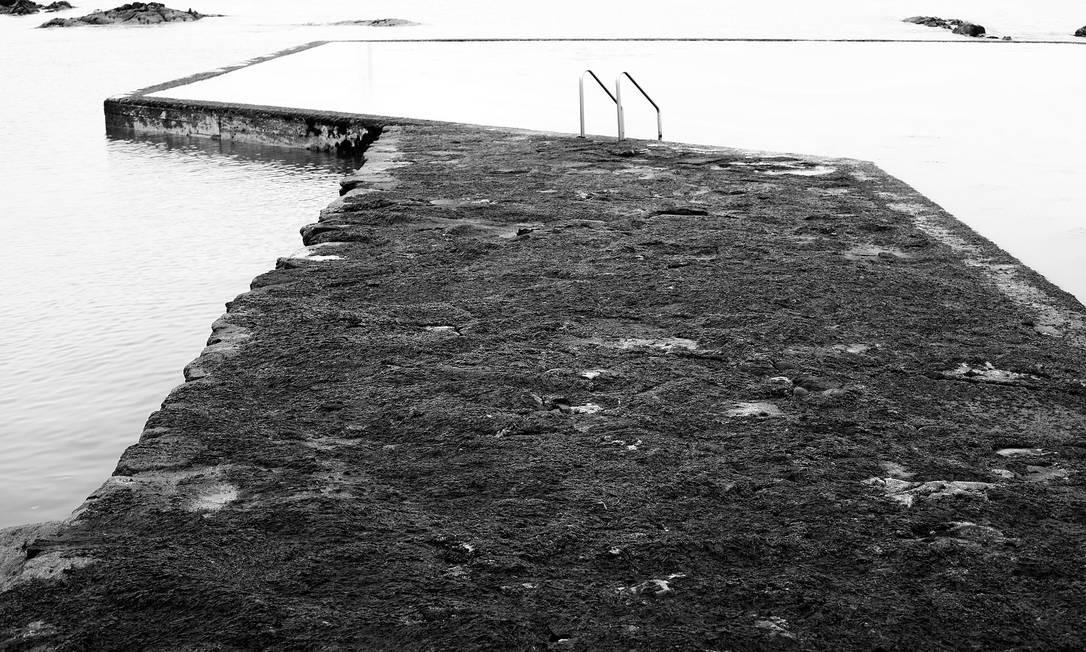 Em Viana do Castelo, norte de Portugal, uma piscina de borda infinita avança sobre o mar Foto: José Eduardo Agualusa / Acervo pessoal
