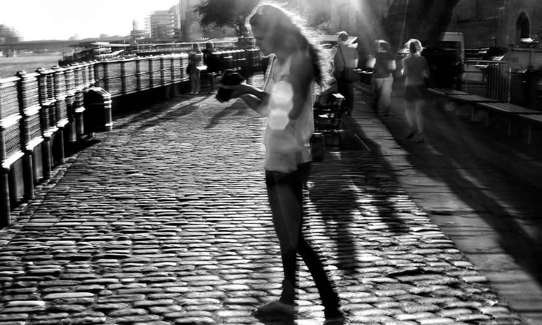 Jovem num dia de sol às margens do Rio Tâmisa, em Londres José Eduardo Agualusa / Acervo pessoal