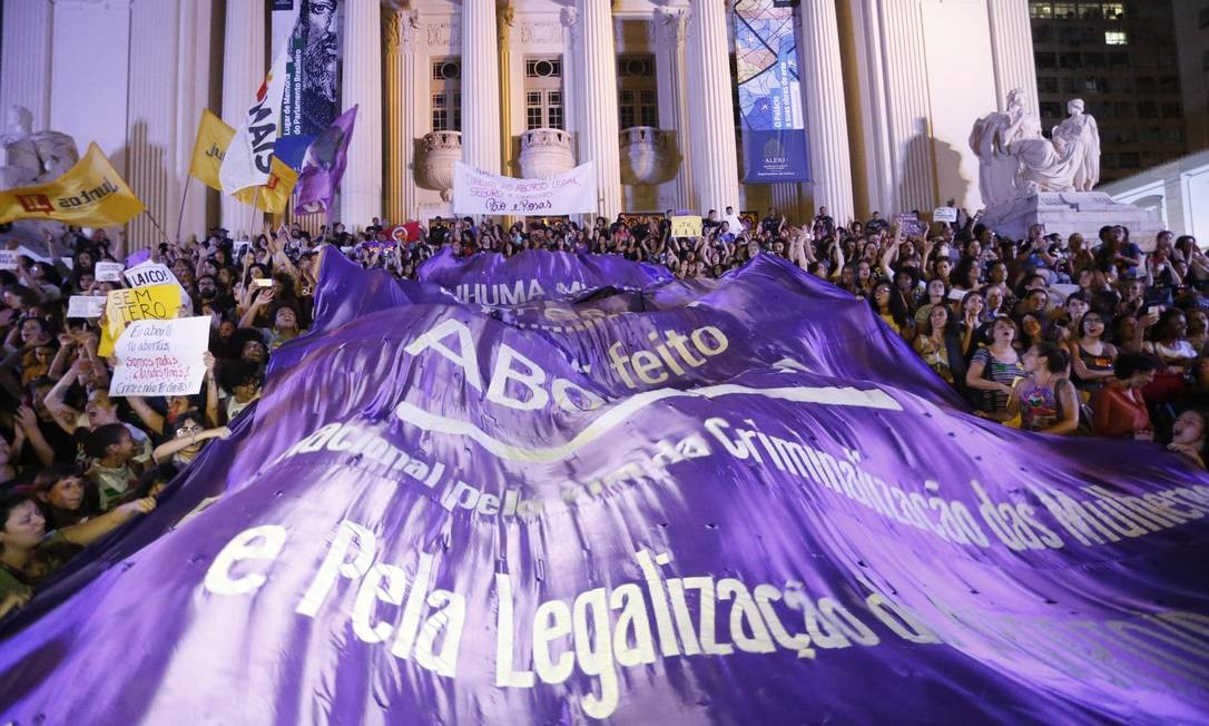 Passeata de mulheres pedindo a descriminalização do aborto, no Rio Foto: Domingos Peixoto13/11/2017