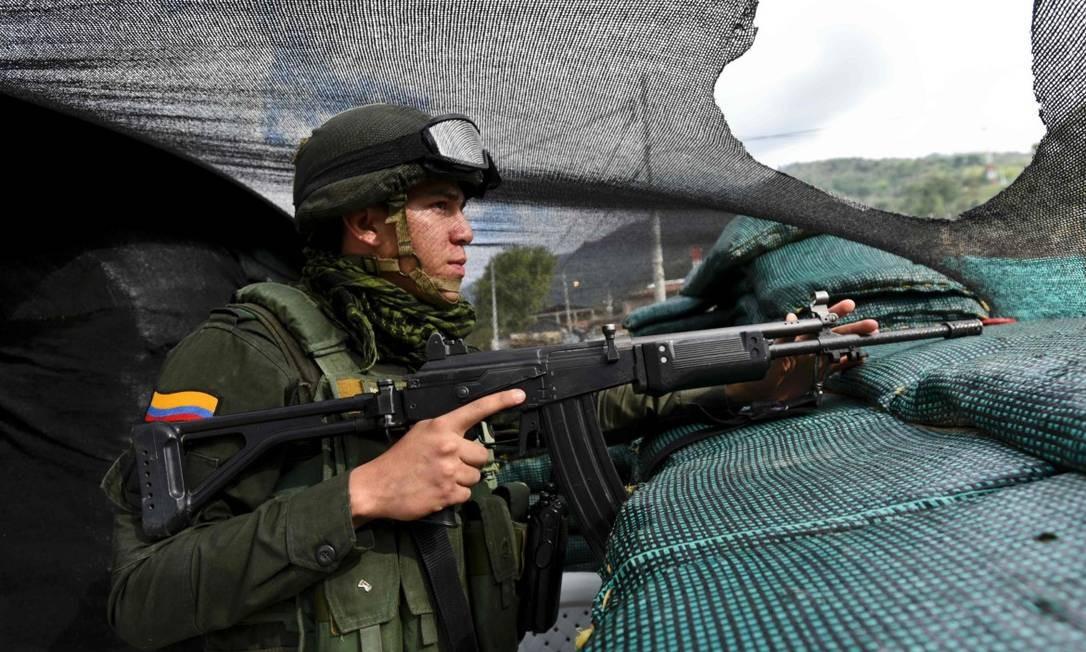 Policial em Cauca, Colômbia, em outubro de 2016, em momento de tensão após rejeição do acordo de paz com as Farc ter sido rejeitado em referendo popular Foto: LUIS ROBAYO / AFP