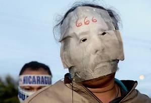 Manifestantes protestam contra o presidente Daniel Ortega e sua mulher, Rosario, na cidade nicaraguense de León Foto: Marvin Recinos / AFP