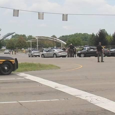 Base da Força Aérea Wright Patterson é cercada por policiais: atirador está entrincheirado em prédio de hospital do complexo Foto: Reprodução Twitter
