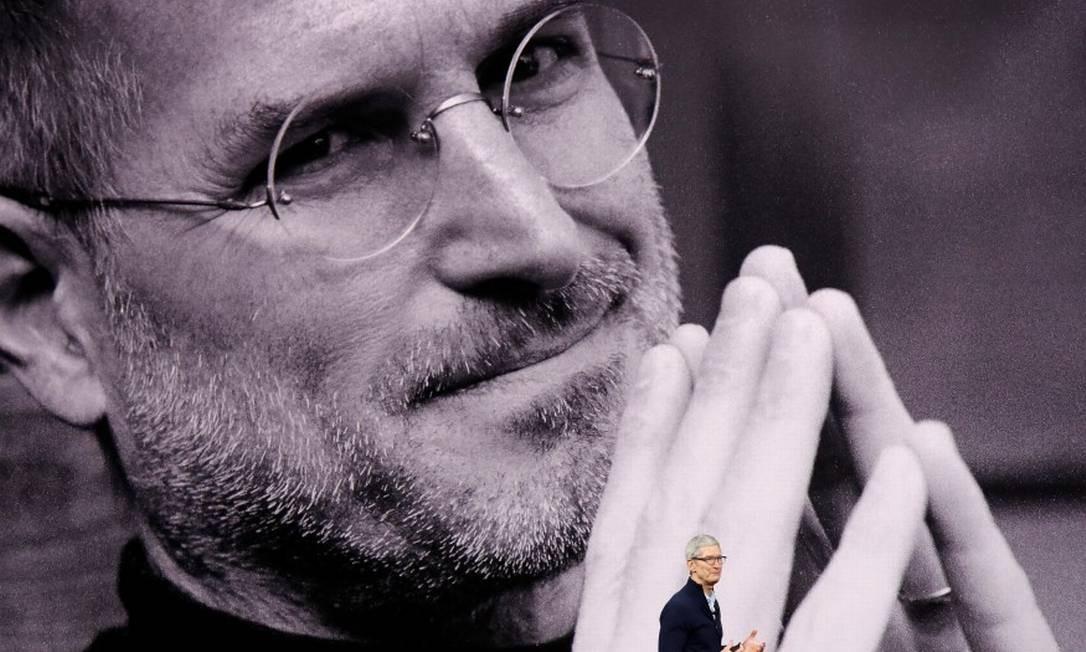 Tim Cook, CEO da Apple, presta homenagem ao cofundador da empresa, Steve Jobs, durante evento na Califórnia Foto: STEPHEN LAM / REUTERS