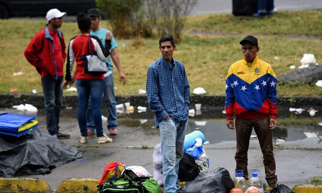 Imigrantes venezuelanos são vistos no norte de Cáli, na Comlômbia Foto: CHRISTIAN ESCOBARMORA / AFP