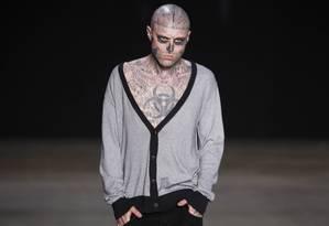 Zombie Boy na passarela da Ausländer, no Fashion Rio Foto: Fabio Rossi/ O Globo