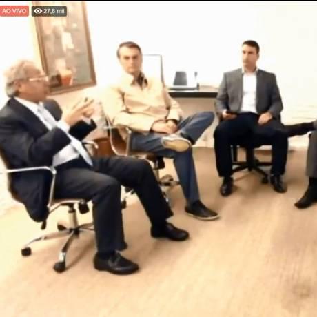 O presidenciável Jair Bolsonaro participa de sabatina ao lado de seu filho, Flavio, e seu consultor econômico, Paulo Guedes Foto: Reprodução/Youtube