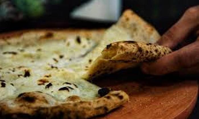 Pizzas são feitas no forno à lenha Foto: Reprodução/Facebook