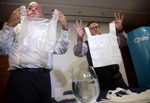Engenheiros chilenos mostram opções biodegradáveis para a sacola de plástico, agora proibida em todo o país Foto: CLAUDIO REYES / AFP