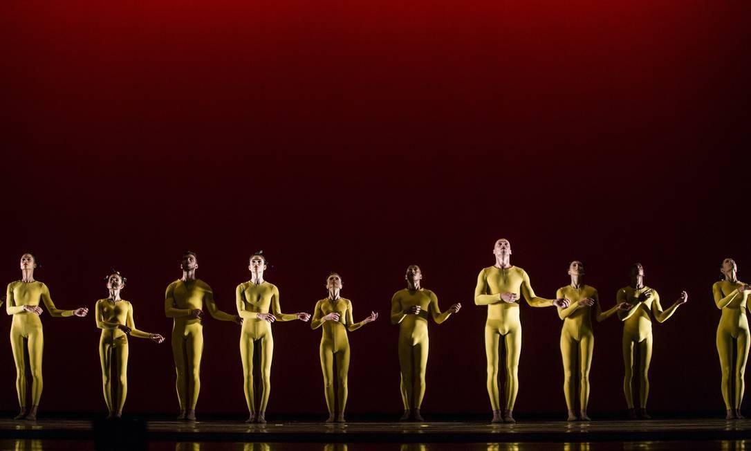 A primeira parte traz o elenco com figurinos na cor amarela. Já a iluminação - desenhada por Paulo Pederneiras - leva tons de vermelho Foto: Anna Carolina Negri / Agência O Globo