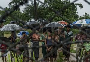 Refugiados rohingya presos em área de fronteira entre Mianmar e Bangladesh, no distrito de Muangdaw Foto: ADAM DEAN / NYT