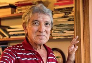 Dirceu Luiz Natal diz que escreve cotidianamente para revistas e jornais como exercício de cidadania Foto: Emily Almeida / Agência O Globo