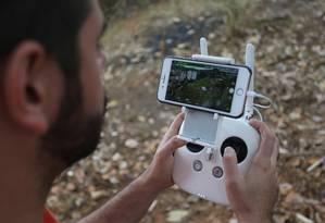 Tecnologia: técnico usa drone para monitorar área em que investiga existência de construções irregulares Foto: Pedro Teixeira / Agência O Globo