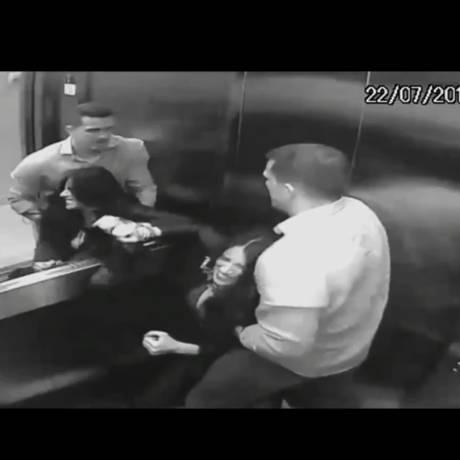 Imagem de marido agredindo advogada em elevador do prédio Foto: Reprodução/G1