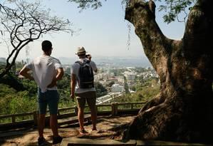 Visitantes no Mirante do Rato Molhado, em Santa Teresa Foto: Brenno Carvalho / Agência O Globo