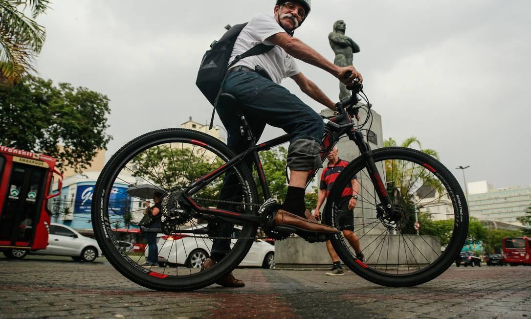 O médico Miguel Chaves pedala na Praça Araribóia, no Centro: para ele, falta de manutenção das ciclovias torna o caminho para ciclistas mais perigoso. Foto: Brenno Carvalho / Agência O Globo