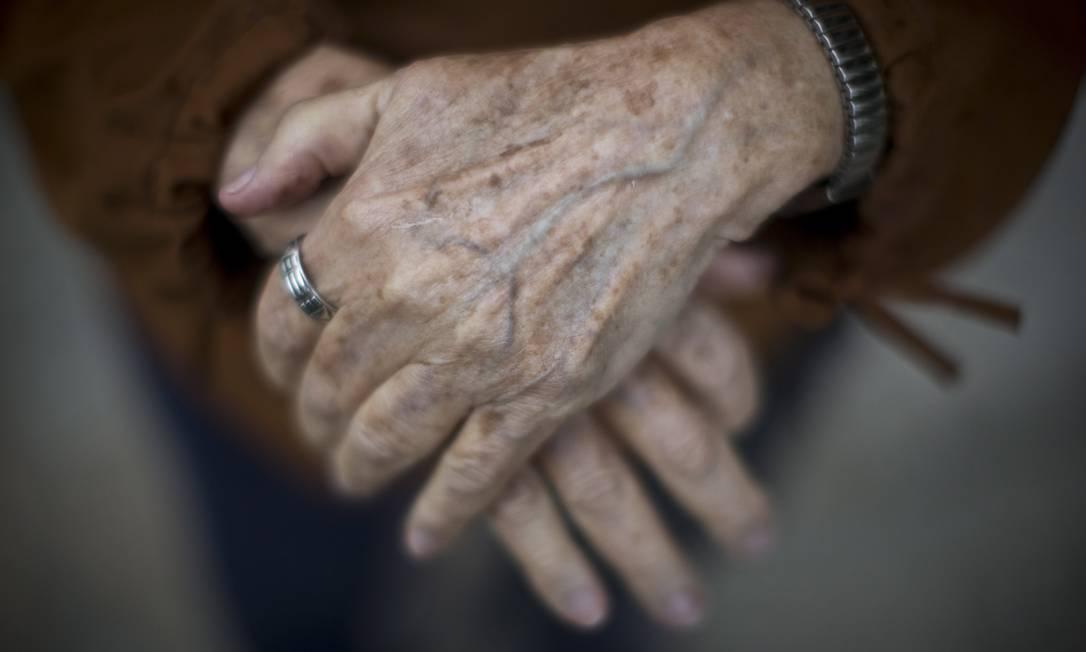 Mãos de idosa Foto: Márcia Foletto / Agência O Globo
