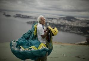 Moacyr Rocha Filho, de 84 anos, com o parapente onde costuma saltar, no Parque da Cidade, Niterói Foto: Márcia Foletto / Agência O Globo