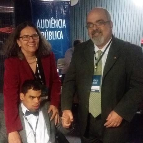 Sergio com sua mulher, Marisa, e o filho de 33 anos, Pedro, que tem múltiplas deficiências Foto: André de Souza