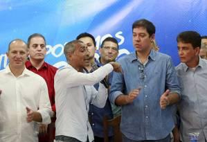 Entre Delaroli, de branco, e Altineu Cortes, de azul, Romário discursa durante a convenção do Podemos, que o lançou candidato a governador Foto: Marcos Ramos / Agência O Globo