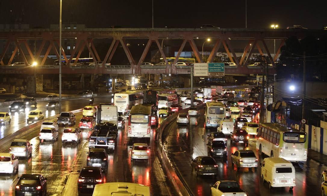 Veículos ficam presos no congestionamento da Avenida Brasil, sentido Zona Oeste: problema se agravou após a obra do BRT Transbrasil Foto: Alexandre Cassiano / Agência O Globo