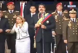Presidente Maduro e sua mulher, a primeira-dama Cilia Flores, se assustam com estrondo durante discurso em Caracas Foto: Reprodução