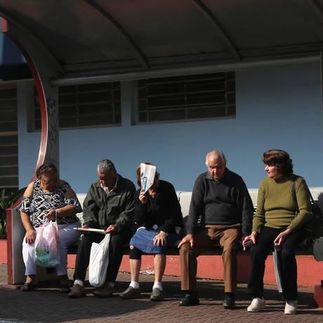 Idosos em ponto de ônibus em São Caetano. Foto: Tom Dib Foto: Tom Dib / Agência O Globo