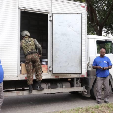 Militares durante operação para coibir roubo de cargas na Avenida Brasil. Arquivo: 19/06/2018 Foto: Guilherme Pinto / Agência O Globo