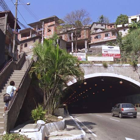 Confronto acontece no Morro do Cavalão Foto: Arquivo/William de Moura / Agência O Globo
