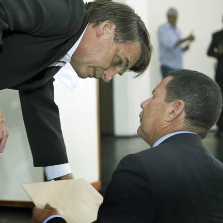 Jair Bolsonaro (à esquerda) conversa com o general Mourão em evento no Clube da Aeronáutica Foto: Antonio Scorza
