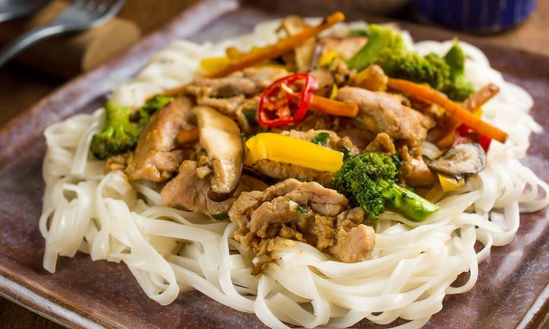 Nam Thai. No domingo, o restaurante terá um menu degustação no almoço e no jantar, com direito a uma cerveja tailandesa Singha, com entrada, principal e sobremesa (R$ 75). O talharim de arroz frito, mignon de porco fatiado, shiitake, ovo e vegetais no shoyo é uma das opções do cardápio. Rua Rainha Guilhermina 95 A/B, Leblon (2259-2962) Foto: Lipe Borges / Divulgação