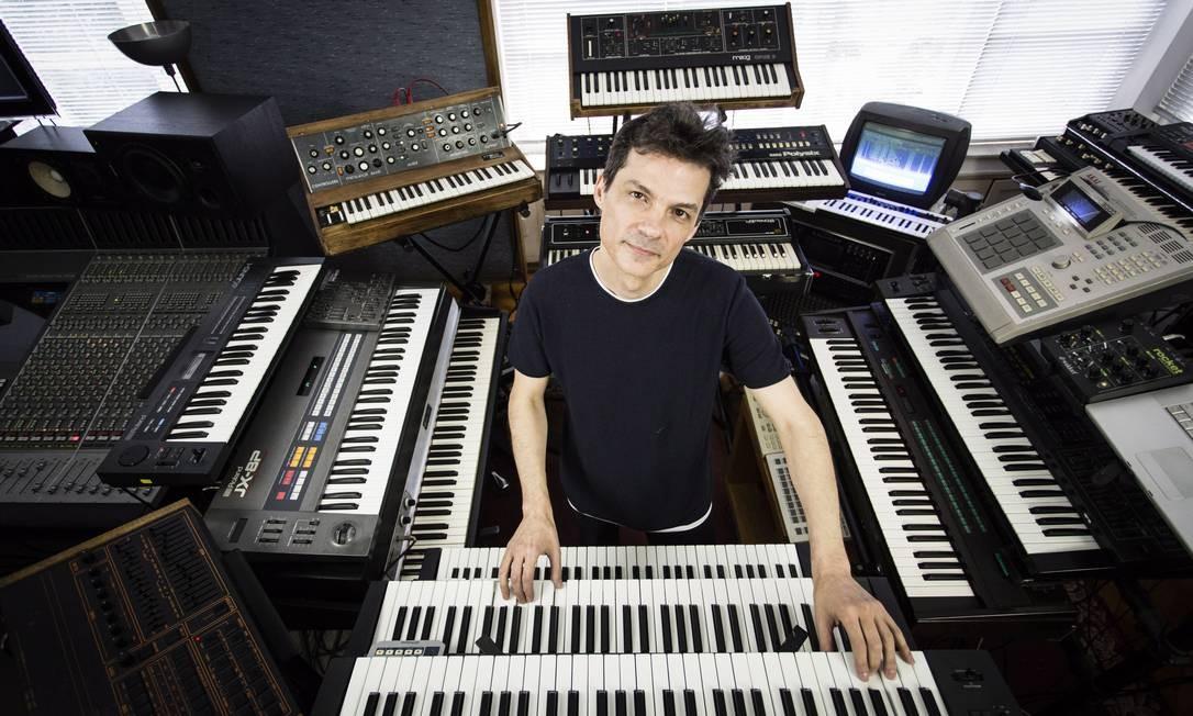 O tecladista e produtor Carlos Trilha, em seu estúdio, o Órbita Foto: Fernando Lemos / Agência O Globo