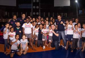 José Aldo e parte das crianças que serão atendidas em seu projeto social no Morro Azul, no Flamengo Foto: Divulgação