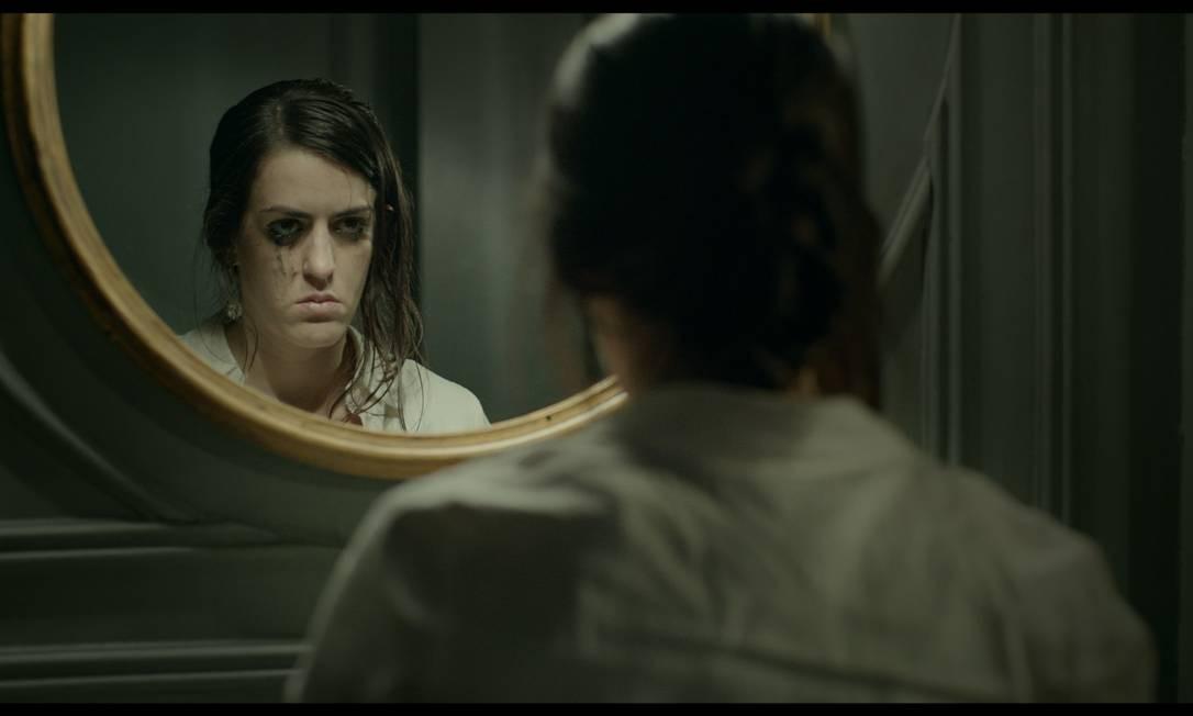 Em 'O animal cordial', Luciana Paes interpreta a garçonete Sara, personagem que muda muito durante a trama Foto: Divulgação