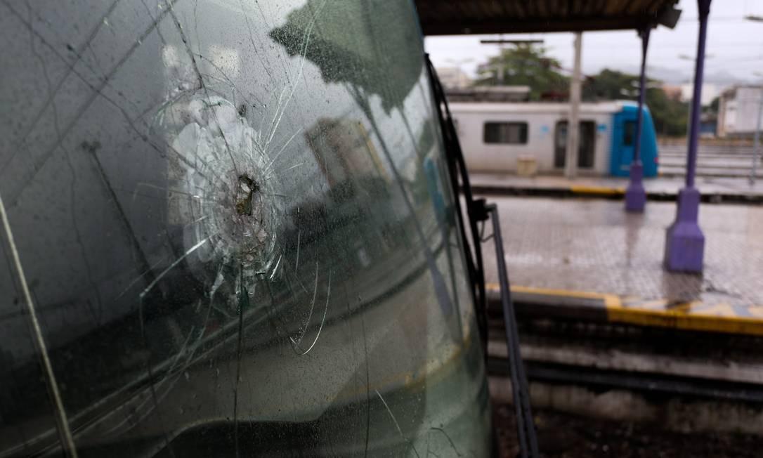 Usuários de transportes públicos enfrentam tiroteios e recorde de roubos Foto: Pedro Teixeira / Agência O Globo