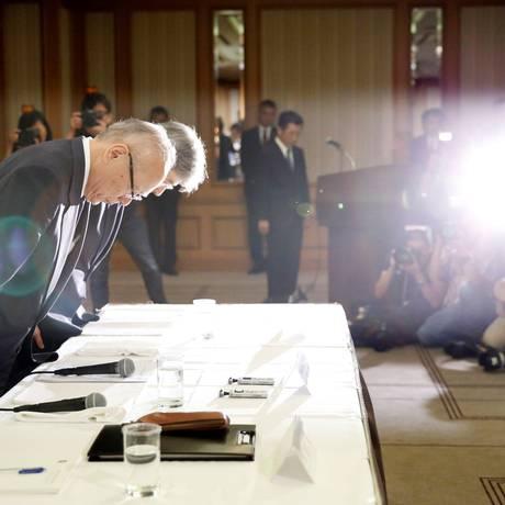 Tetsuo Yukioka, diretor executivo da universidade, e Keisuke Miyazawa, vice-presidente, pedem desculpas pela fraude Foto: TORU HANAI / REUTERS