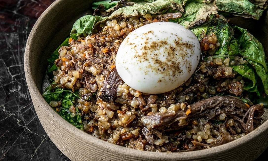 Puro. O arroz de cordeiro assado é servido com folha de mostarda, ovo mole e pó de especiarias (R$ 65). Rua Visconde de Carandaí 43, Jardim Botânico (3284-5377) TomasRangel / Divulgação