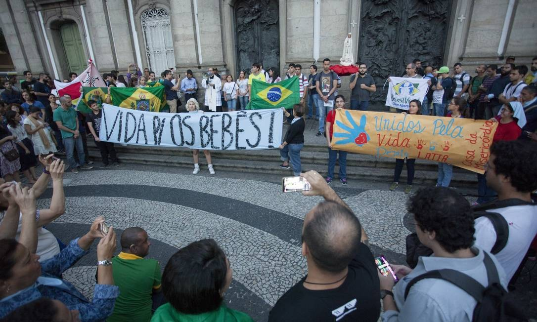 Grupo contrário à legalização do aborto reunido no centro do Rio, em junho Foto: Gabriel Monteiro / Agência O Globo