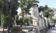 Destruição. O gradil danificado numa das laterais do antigo jardim zoológico: ação de vândalos e invasores