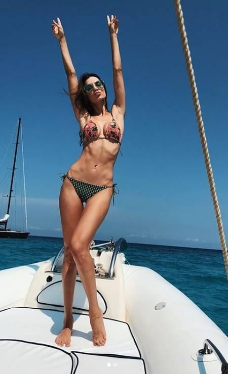 """Conhecida como sósia de Sandra Bullock, a modelo Taty Betin anda movimentando o Instagram com cliques das férias na Europa. """"Sandrinha"""", como a modelo é chamada nos bastidores dos trabalhos, fez sucesso ao postar um clique de biquíni em Ibiza... Foto: Reprodução/ Instagram"""