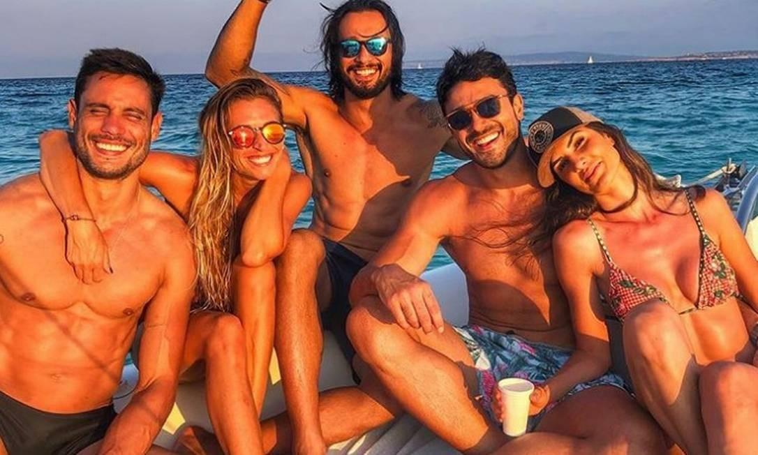 A modelo (à direita) posa com o namorado Lucas Gil (ao seu lado) e amigos Reprodução/ Instagram
